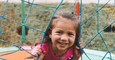 Meisje in de speeltuin