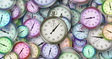 Afbeelding van tientallen klokken op een tafel