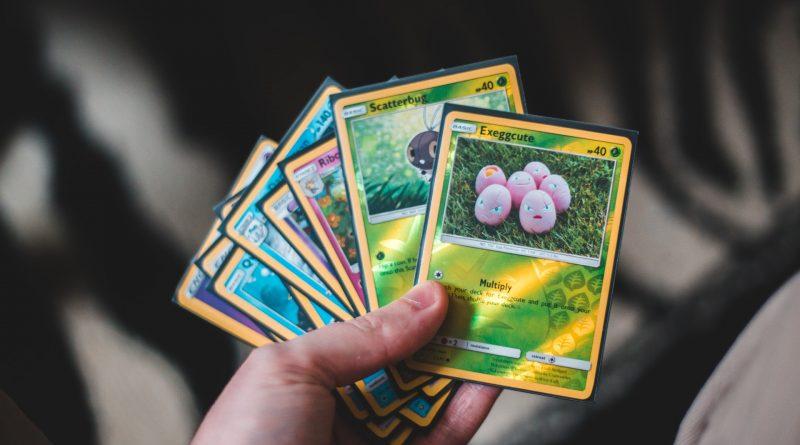 verschillende soorten pokemon kaarten in de hand